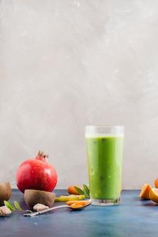 Gesunder und köstlicher grüner smoothie