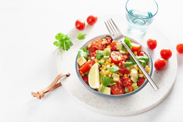 Gesunder veganer avocado-zuckermais-tomatensalat