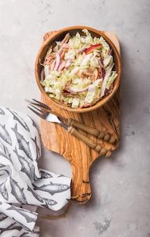 Gesunder veganer salat mit frischem gemüse
