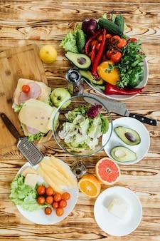 Gesunder vegetarischer abendtisch. essen obst und gemüse, draufsicht, flach legen, ernte.