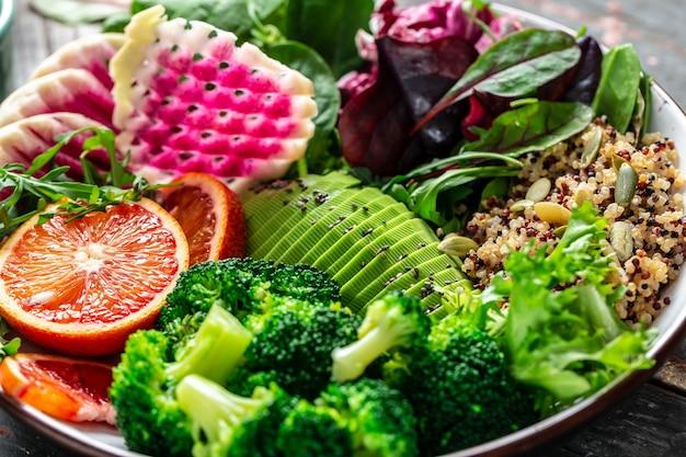 Gesunder vegetarischer buddha-schüsselsalat mit gemüse, früchten und samen. nahansicht.