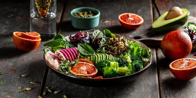 Gesunder vegetarischer buddha-schüsselsalat mit gemüse und früchten.