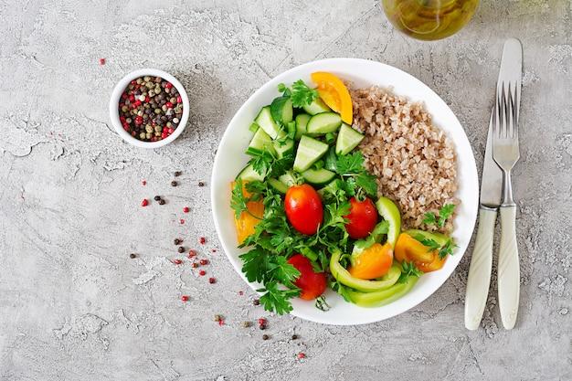 Gesunder vegetarischer salat aus frischgemüse, tomaten, gurken, gemüsepaprika und brei