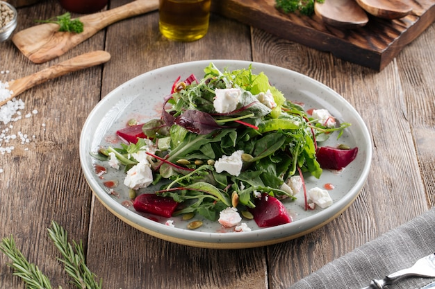 Gesunder vitaminsalat mit rote-bete-käse