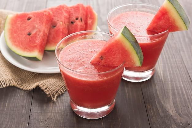 Gesunder wassermelone smoothie auf einer hölzernen tabelle