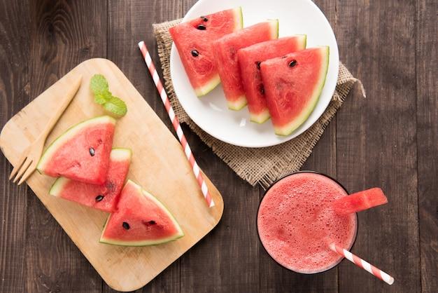 Gesunder wassermelone smoothie der draufsicht auf einem hölzernen hintergrund