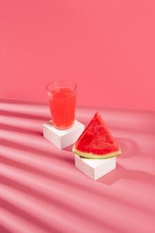 Gesunder wassermelonensaft mit hohem winkel
