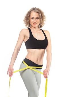 Gesunder weiblicher körper mit messendem band