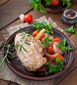 Gesundes abendessen - gesund gebackene hühnerbrust mit gemüse auf einem keramikteller im rustikalen stil