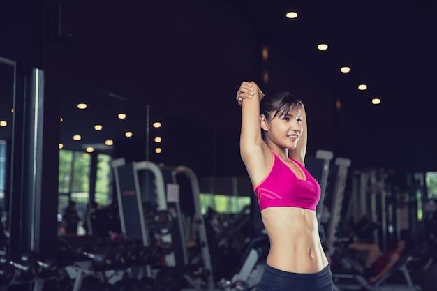 Gesundes asiatisches frauentraining im fitnessstudio