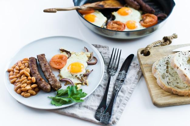 Gesundes ausgeglichenes frühstück auf einer grauen platte auf einem weißen hintergrund.
