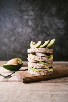 Gesundes avocado- und reisfrühstück des strengen vegetariers