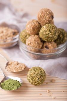 Gesundes bio-energie-müsli beißt mit nüssen, rosinen, matcha und honig - veganer vegetarischer roher snack oder mahlzeit