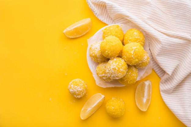 Gesundes bio-energie-müsli beißt mit zitrone, nüssen und honig - veganer vegetarischer roher snack oder mahlzeit
