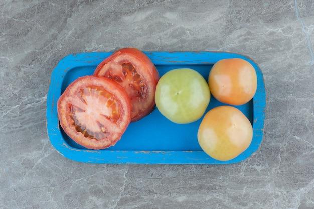 Gesundes bio-lebensmittel. rote und grüne tomaten. .