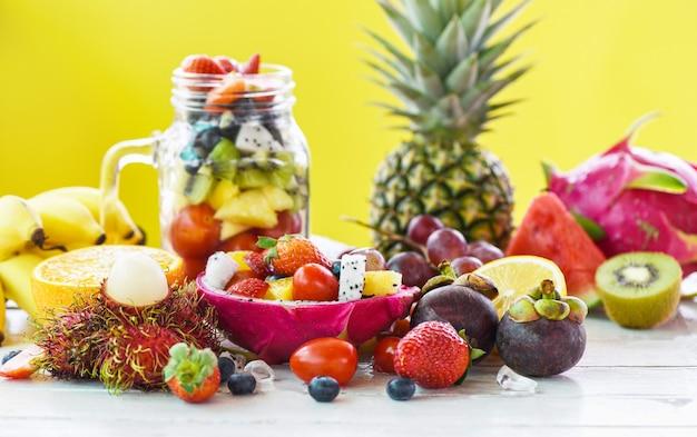 Gesundes biologisches lebensmittel der frischen sommerobst und gemüse des obstsalats.