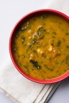 Gesundes dal palak oder gelber toor spinat daalâ rezept, in indien auch als patal bhaji bekannt, serviert in einer schüssel