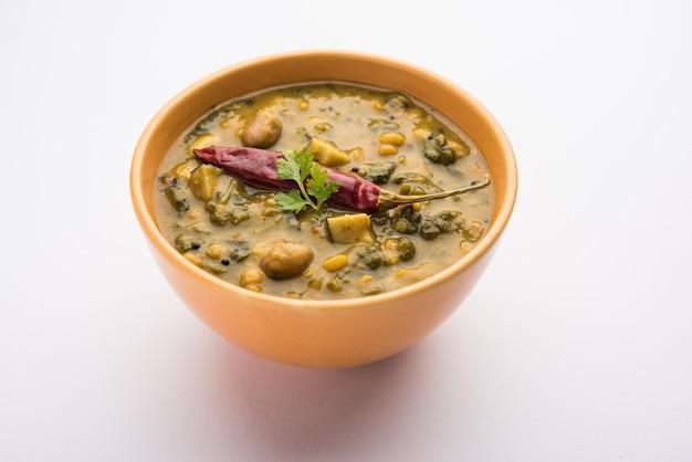 Gesundes dal palak oder gelbes toor spinat daal rezept, in indien auch als patal bhaji bekannt, serviert in einer schüssel