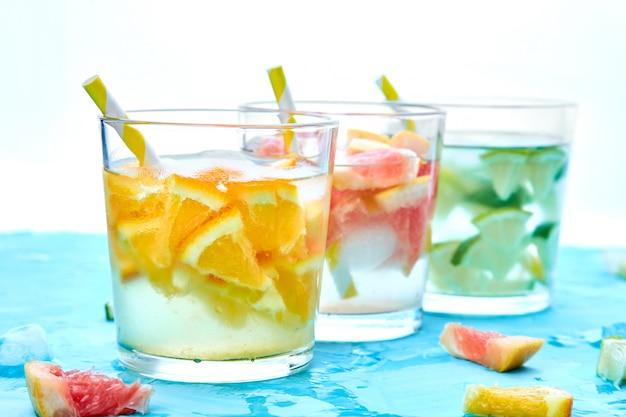 Gesundes detox zitruswasser oder limonade.