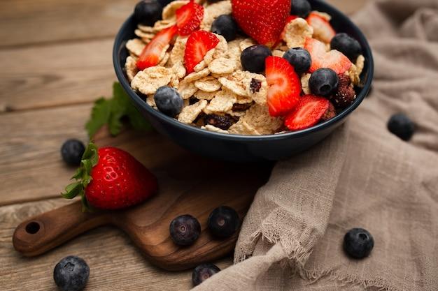 Gesundes dinkelfrühstück mit erdbeeren und blaubeeren