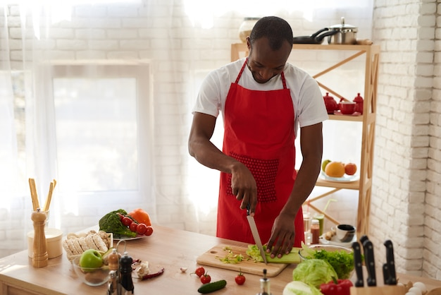 Gesundes ernährungskonzept. kochen des nützlichen frühstücks.