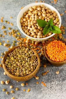 Gesundes ernährungskonzept vegane proteinquelle roh aus hülsenfrüchten kichererbsen