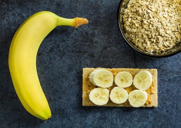 Gesundes ernährungssandwich mit banane