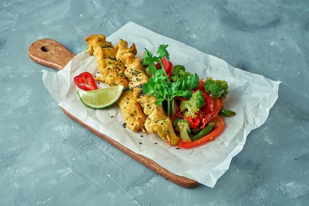 Gesundes essen - asiatisches gebackenes huhn mit gedämpftem gemüsesalat