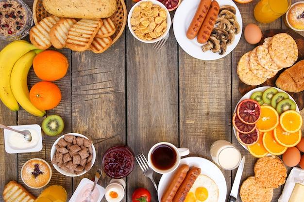 Gesundes essen auf altem hölzernem hintergrund. frühstück. draufsicht. flach liegen.