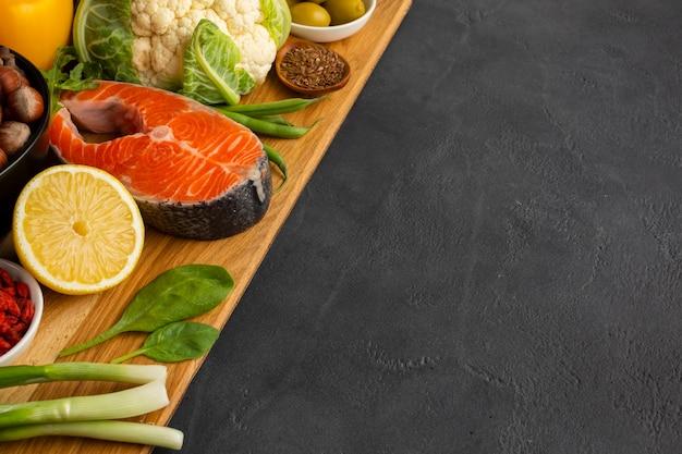 Gesundes essen auf schiefertafel mit textfreiraum