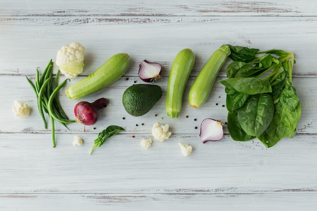 Gesundes essen auf weißem holztischmodell. köstlicher, organischer, schmackhafter und reifer gemüsehintergrund