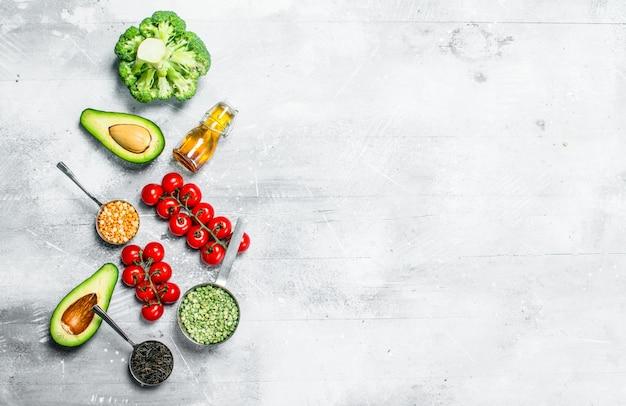 Gesundes essen. auswahl an bio-gemüse und obst mit hülsenfrüchten. auf einem rustikalen tisch.
