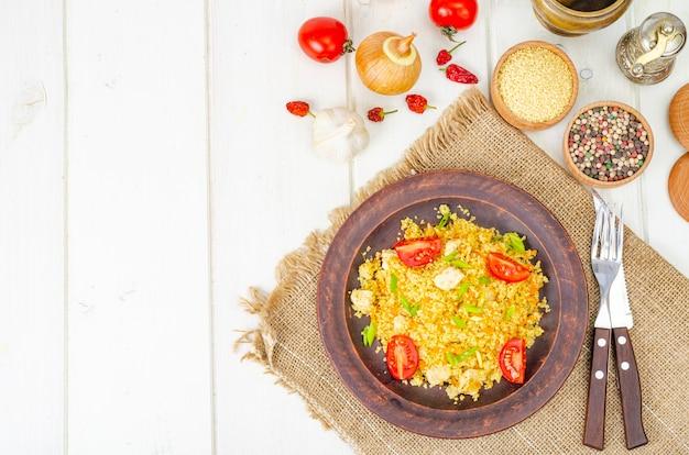 Gesundes essen. couscous mit hühnchen und gemüse. studiofoto
