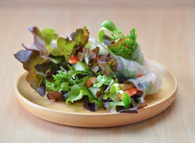 Gesundes essen der salatrolle auf holzteller
