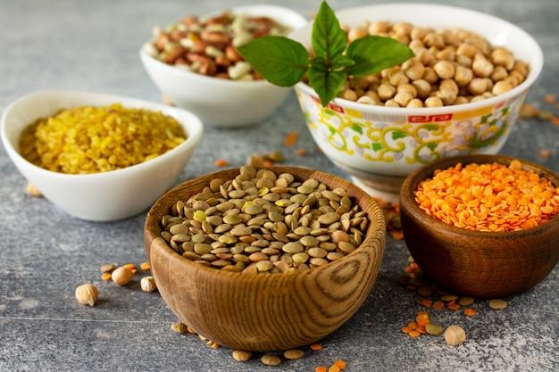 Gesundes essen diät ernährungskonzept vegane proteinquelle roh von hülsenfrüchten kichererbsen