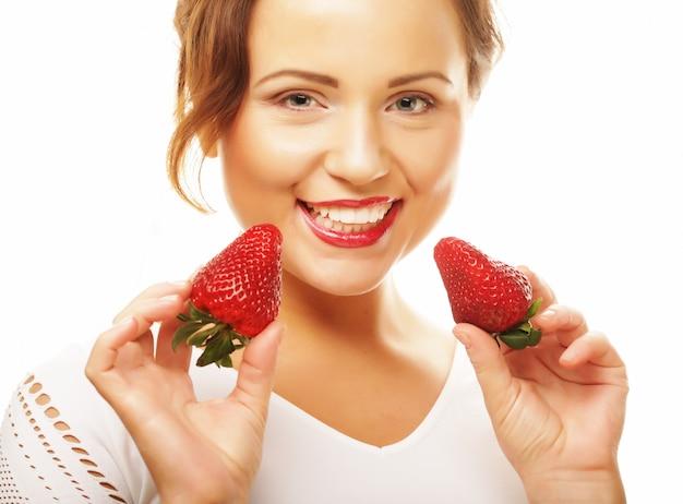 Gesundes essen, essen und diät-konzept junge schöne glücklich lächelnde frau mit erdbeere