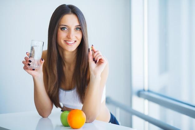 Gesundes essen. frau trinkt zitronen-detox-wasser. gesundes essen