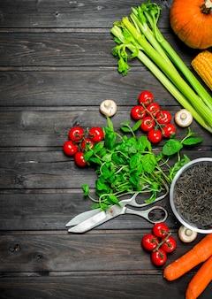 Gesundes essen. frisches gemüse mit schwarzem wildreis auf holztisch