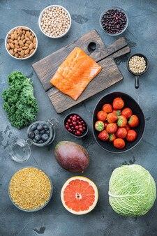 Gesundes essen für fitness mit immunstärkung, draufsicht, auf grauem tisch