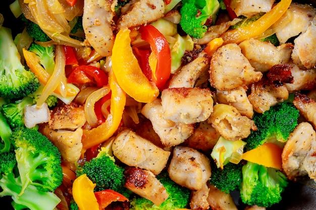 Gesundes essen gegrilltes hähnchen und salat aus chicorée, tomaten, gemüse und salat mischen