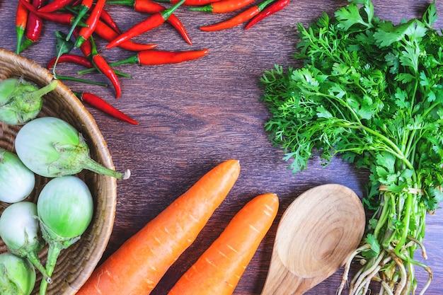 Gesundes essen. gemüse auf hölzernem hintergrund