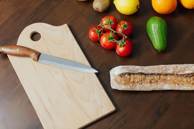 Gesundes essen. gemüse und obst auf dem holztisch in der küche.