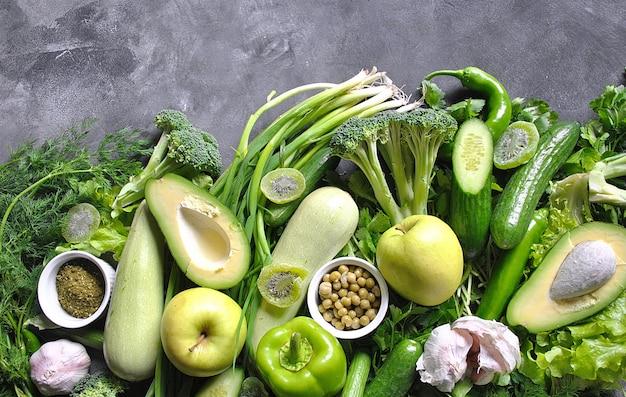 Gesundes essen hintergrund. konzept von gesunden lebensmitteln, frischem gemüse und obst. auf grauem hölzernem hintergrund. draufsicht. speicherplatz kopieren.
