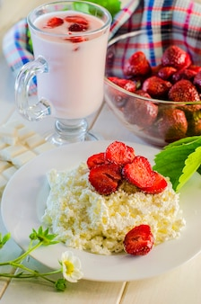Gesundes essen - hüttenkäse mit frischen erdbeeren