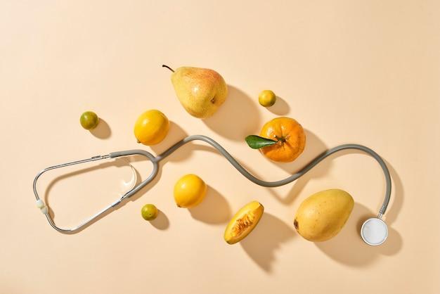 Gesundes essen im herz- und cholesterindiätkonzept auf pastellfarbenem hintergrund