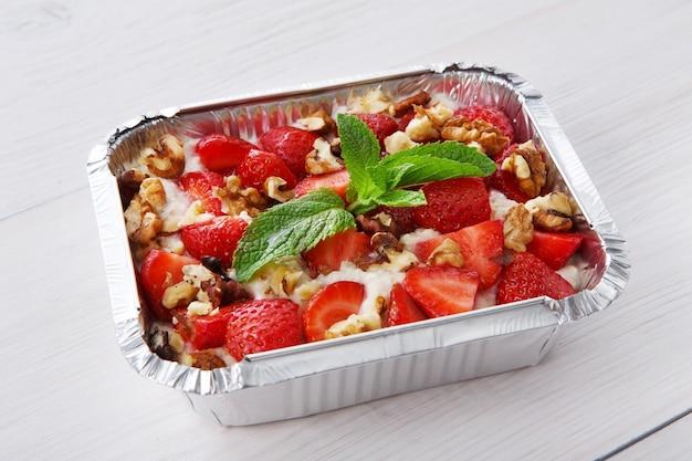 Gesundes essen in box. konzept der lebensmittellieferung