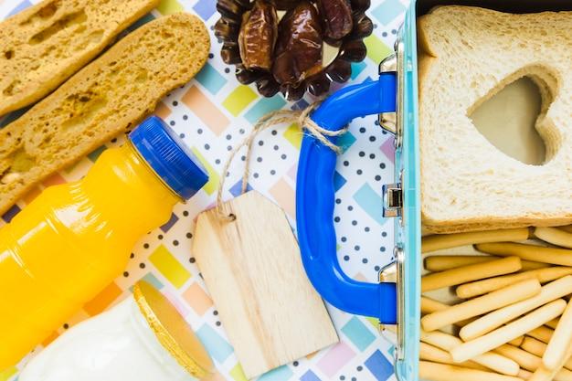 Gesundes essen in der nähe von etikettierten lunchbox
