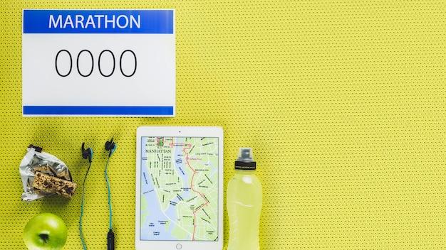Gesundes essen in der nähe von tablet- und marathon-zubehör