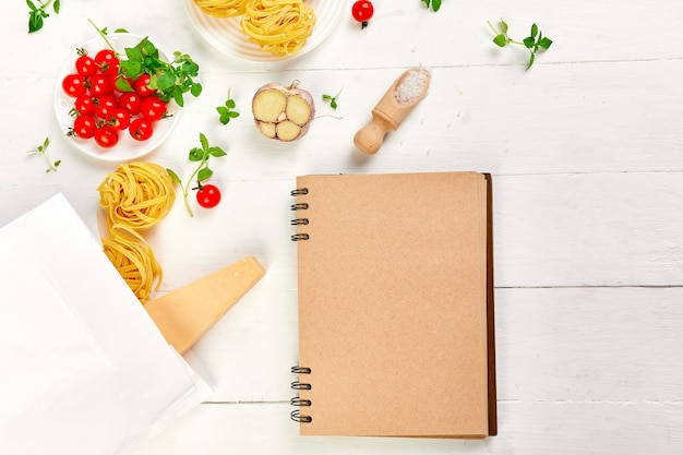 Gesundes essen in der papiertüte des lebensmittels mit leerem notizbuch