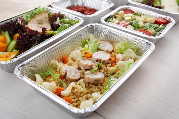 Gesundes essen in kisten. konzept der lebensmittellieferung